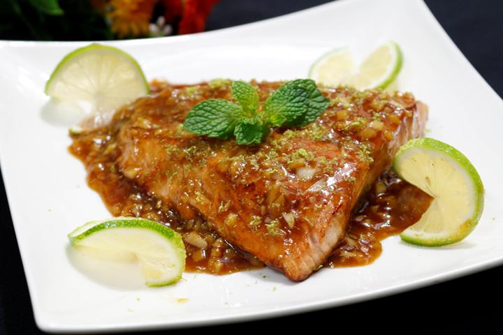 Cách làm cá hồi áp chảo thơm ngon sốt chanh và gừng