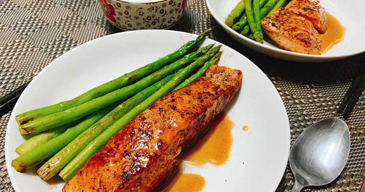 Cách làm cá hồi áp chảo với măng tây và chanh dây