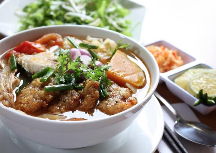 Hoàn thành món bún chả cá Đà Nẵng
